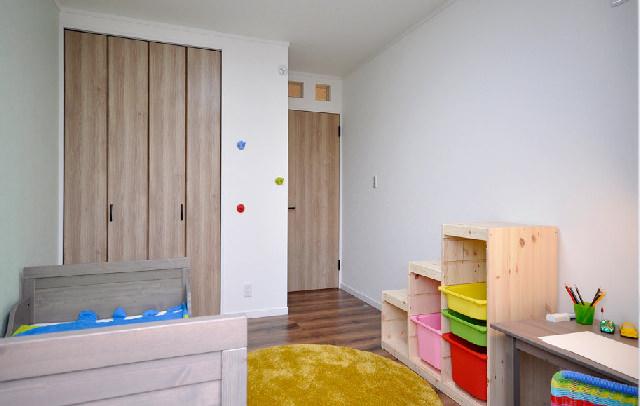 お気に入りを並べられる子ども用の飾り棚